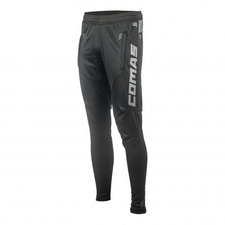 Pantalón largo Comas - Pantalón técnico largo de la marca Comas para biciclea. Fabricado en textil 100% poliéster SPEEDO, con nuevo téxtil elástico de la parte trasera de la pierna qe mejora el movimento y comodidad. Con dos bolsillos laterales.